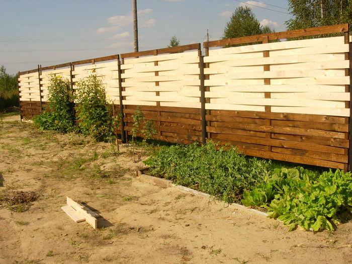 Как сделать плетёный забор из досок своими  605