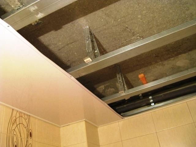 Как сделать потолок из пластика в ванной
