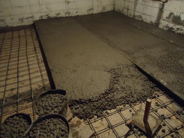 Стяжка пола цементом своими руками видео