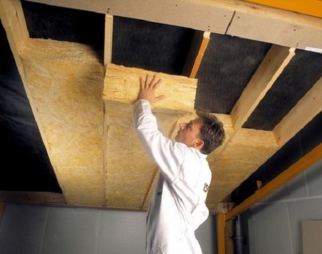 Утепление деревянного потолка дома своими руками