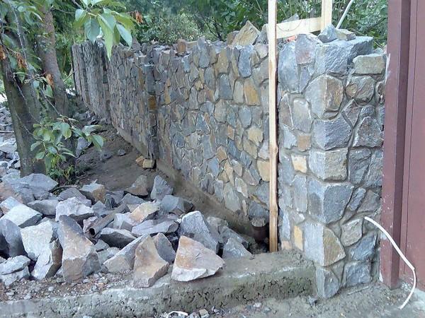 Строительство забора из камня своими руками