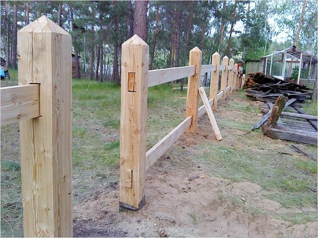 Деревянный забор с деревянными столбами своими руками