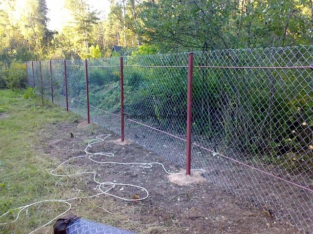 Установить забор рабицу своими руками