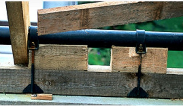 Деревянный мауэрлат усиливается стальной трубой
