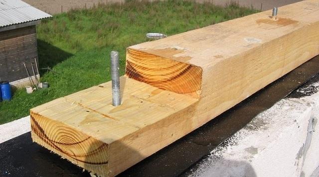Место сращивания бруса предусмотрительно рассчитано так, чтобы приходилось на вмурованную шпильку.