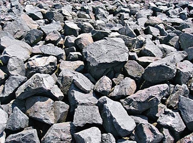 Невзрачные на вид камни - сырье для производства базальтовой ваты